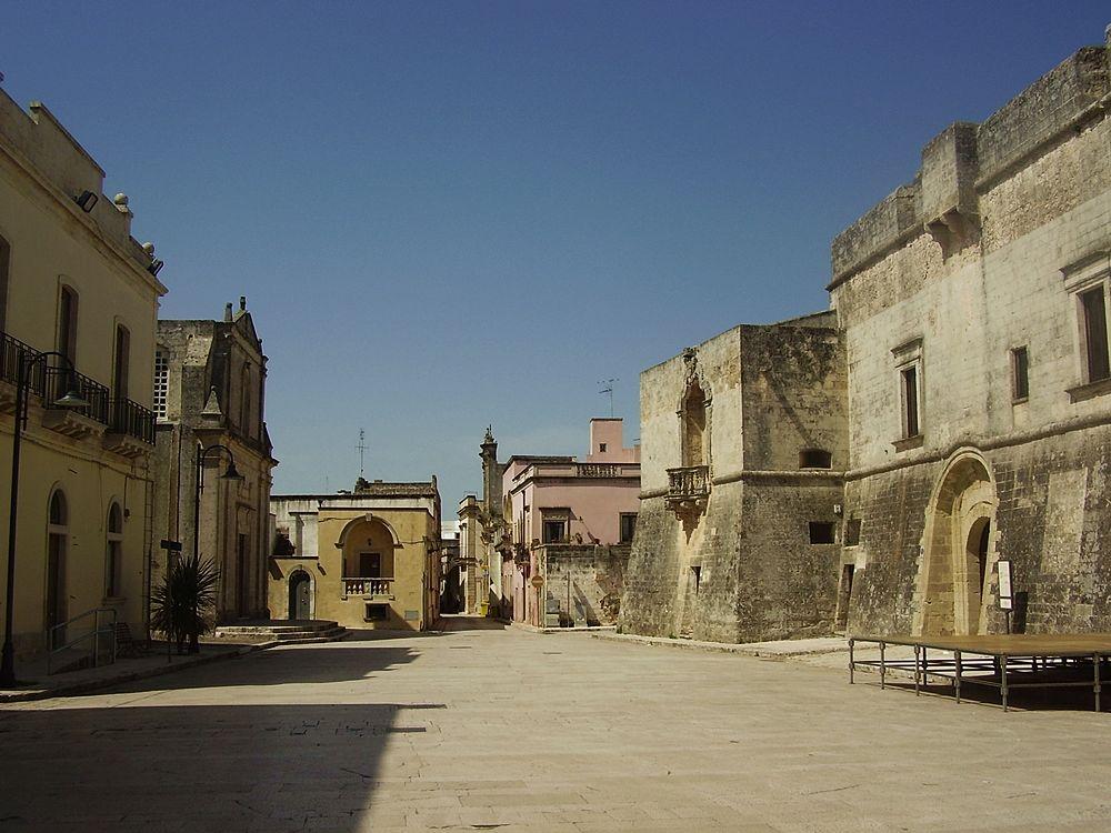 Scorcio del borgo di Andrano (Lecce) da Piazza Castello. Sulla destra la residenza fortificata degli Spinola-Caracciolo (XIII-XVII sec.) - Ph. Lupiae | CCBY-SA3.0