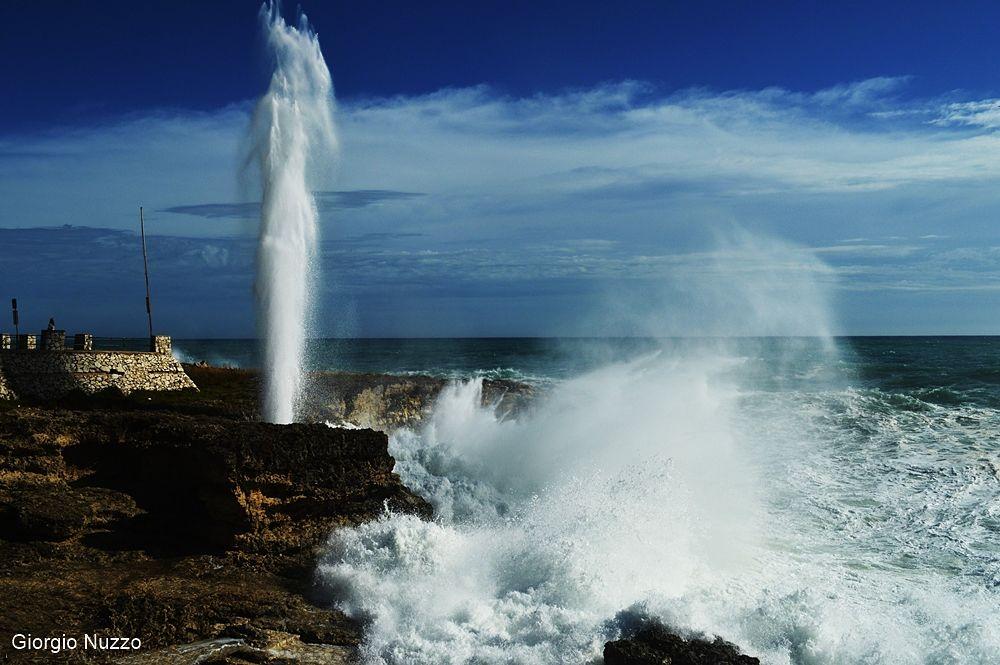 """Mareggiata a Marina di Andrano e """"geyser"""" della Grotta Verde - Ph. © Giorgio Nuzzo"""