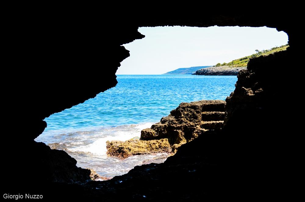 Puglia - Dall'interno della Grotta Verde di Andrano, lo sguardo spazia sul mare e sulla costa meridionale - Ph. © Giorgio Nuzzo
