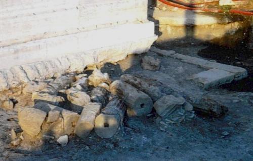 Resti di colonne e terrecotte dall'agorà della magno-greca Kroton - Ph. © Margherita Corrado