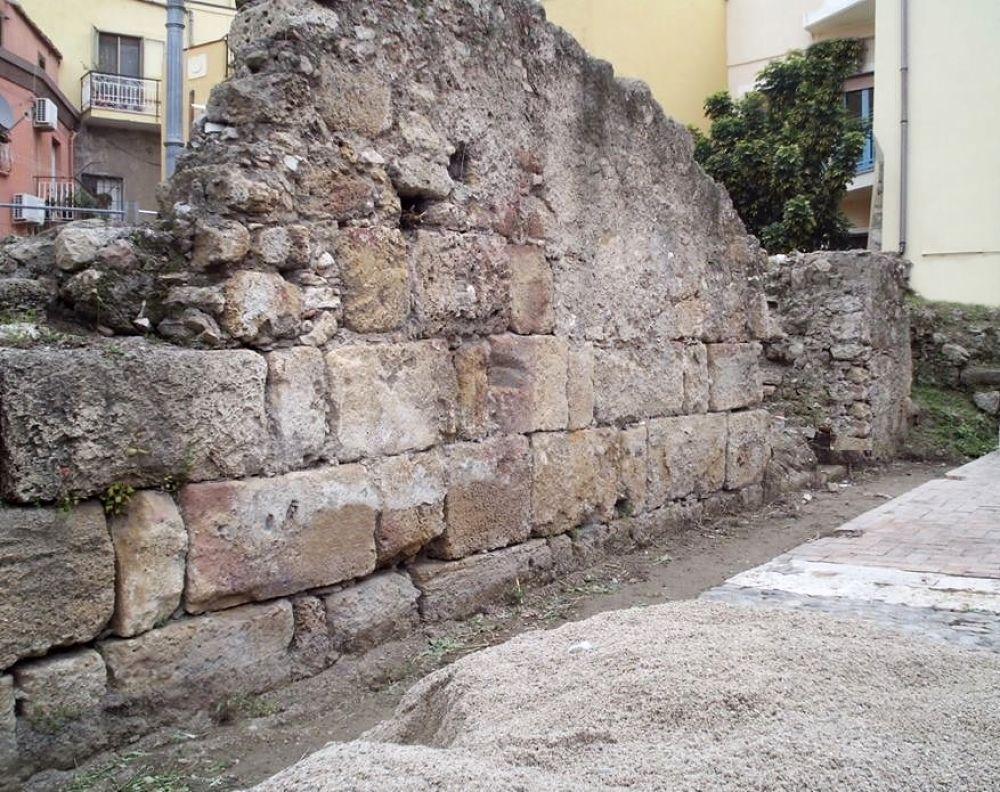 Il tratto murario protobizantino di Crotone all'inizio dei lavori di restauro (2016), prima che la base venisse coperta dalla pavimentazione - Ph. © Margherita Corrado