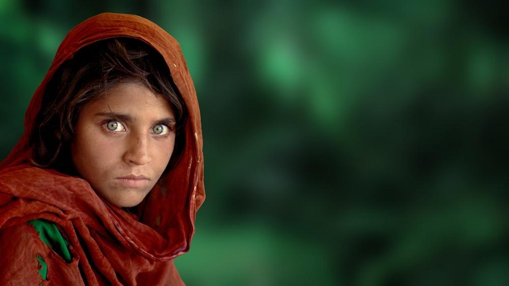 Sharbat Gula, la ragazza afghana dagli occhi verdi ritratta da Steve McCurry: uno della opere della mostra ICONS al Castello di Otranto dal 19 giugno al 2 ottobre 2016