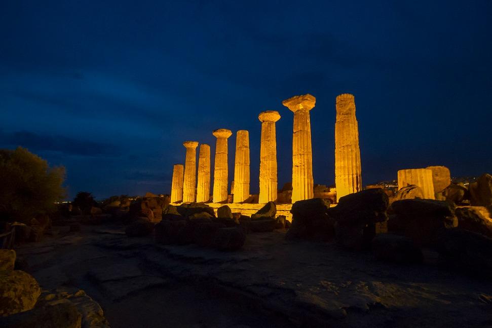 Visione notturna della Valle dei Templi di Agrigento - Ph. Cocumbe Libre   CCBY2.0