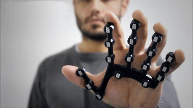 Il dispositivo ideato da DbGlove, startup vincitrice del 1° premio della Heroes Prize Competition