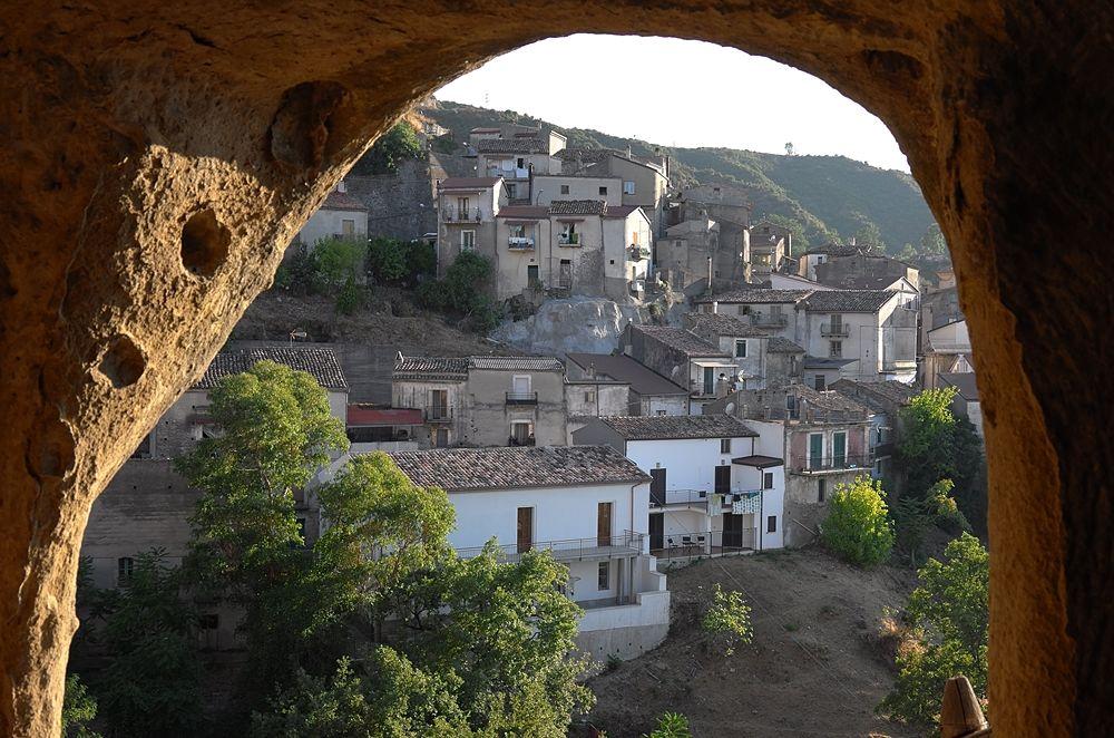 Scorcio di Pietrapaola dall'interno di una delle grotte d'epoca medievale - Ph. © Andrea Martini di Cigala