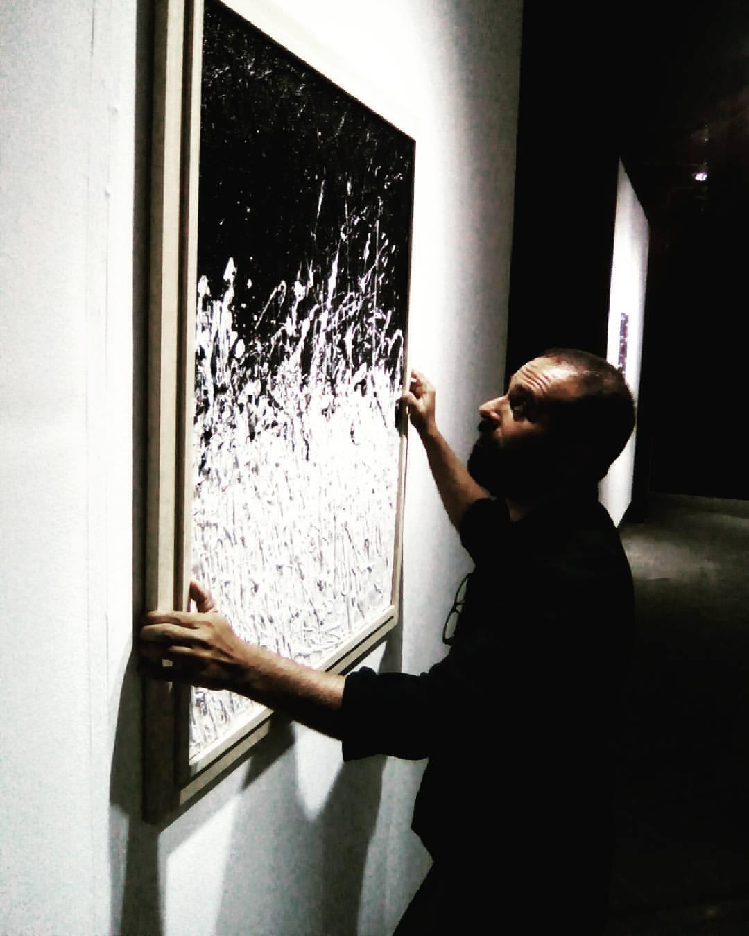 Il critico Roberto Sottile durante l'allestimento della mostra
