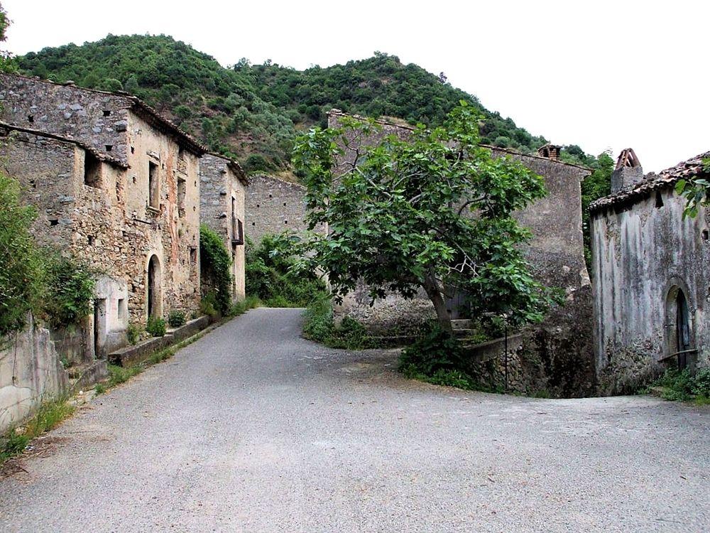 Scorcio delle vie ormai solitarie di Carello (Cosenza) - Ph. © Gianluca Congi