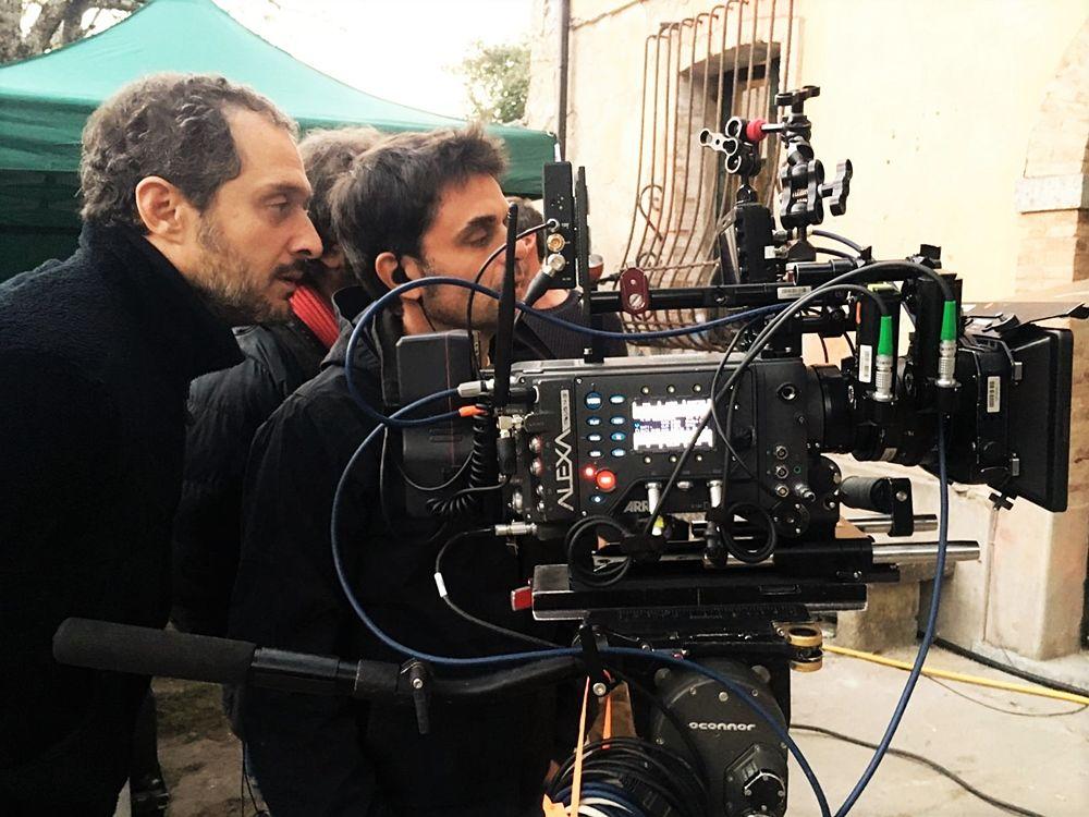 Claudio Santamaria dietro la macchina da presa durante le riprese del corto the Millionairs - Ph. Lucania Film Comission
