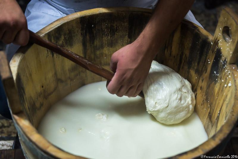 Lavorazione della mozzarella in Puglia - Ph. © Ferruccio Cornicello