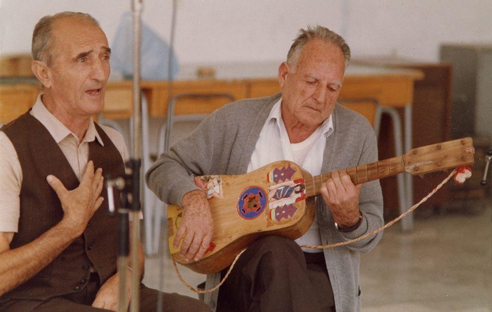 Antonio Piccininno canta accompagnato da Andrea Sacco,1987 - Ph. Ettore De Carolis (Associazione Culturale Carpino Folk Festival)