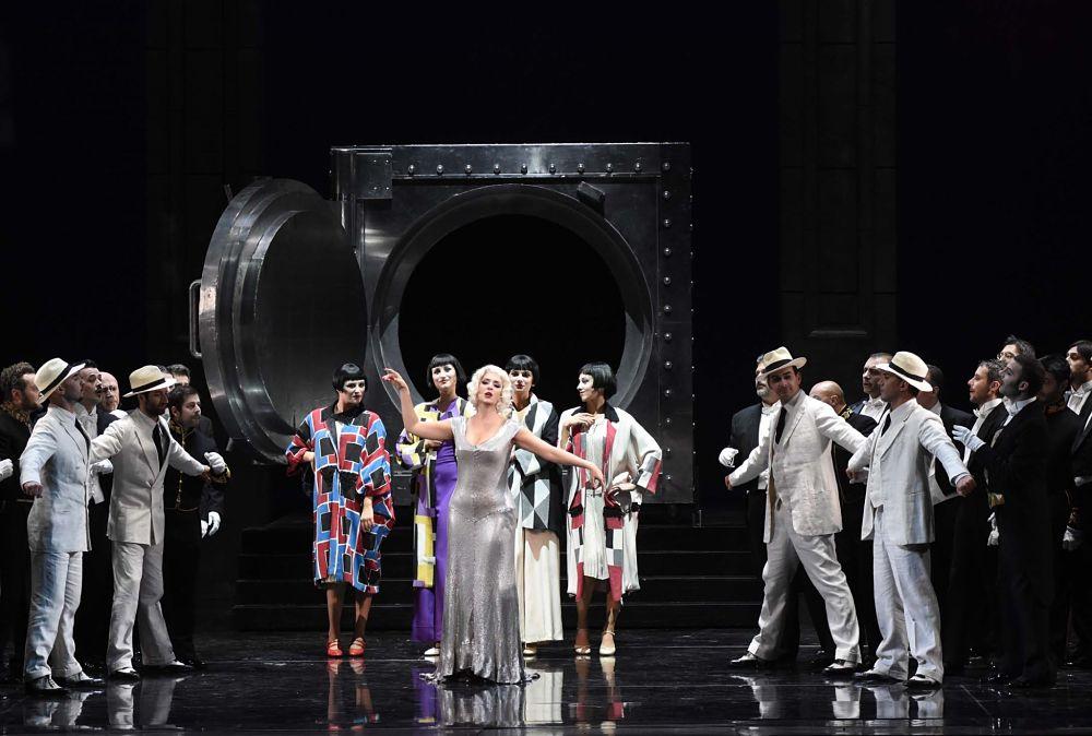 Una scena de La vedova allegra di Franz Lehar, Teatro Petruzzelli - Ph. Arcieri
