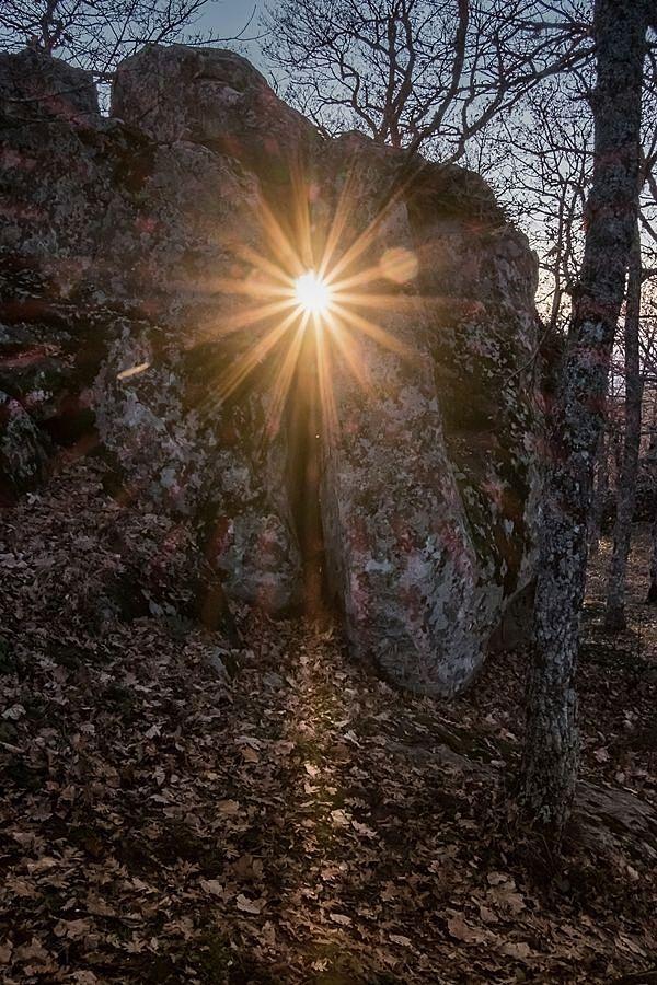 Il sole al tramonto del solstizio d'inverno nel complesso megalitico di Monte Croccia, Oliveto Lucano (Matera) - Ph. © courtesy Marcello Bianca