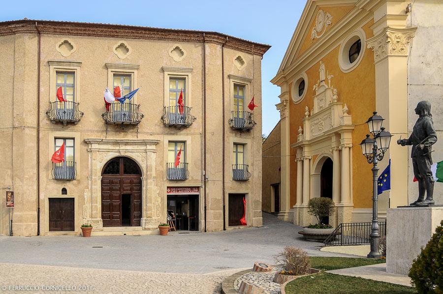 Scorcio di Piazza del Popolo, Taverna (Cz). A destra il monumento bronzeo che ritrae il pittore Mattia Preti - Ph. © Ferruccio Cornicello