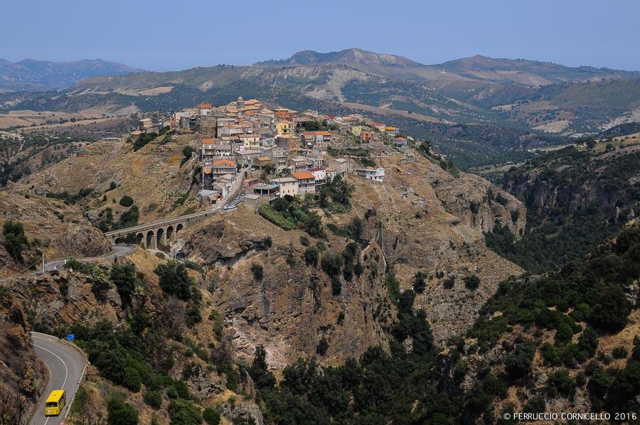 Veduta del borgo calabrese di Umbriatico (Cs) - Ph. © Ferruccio Cornicello