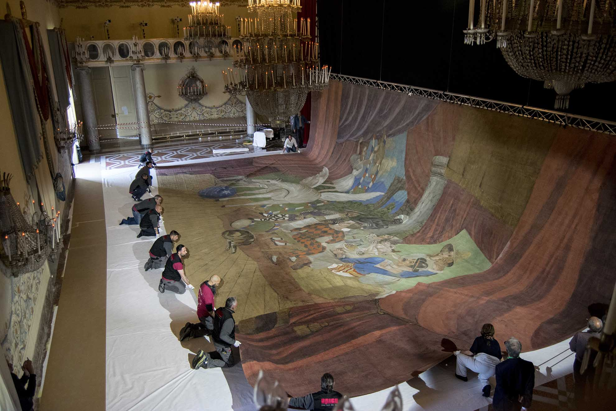 Un momento dell'allestimento del sipario realizzato da Picasso per il balletto Parade, Museo di Capodimonte - Ph. Alessio Cuccaro