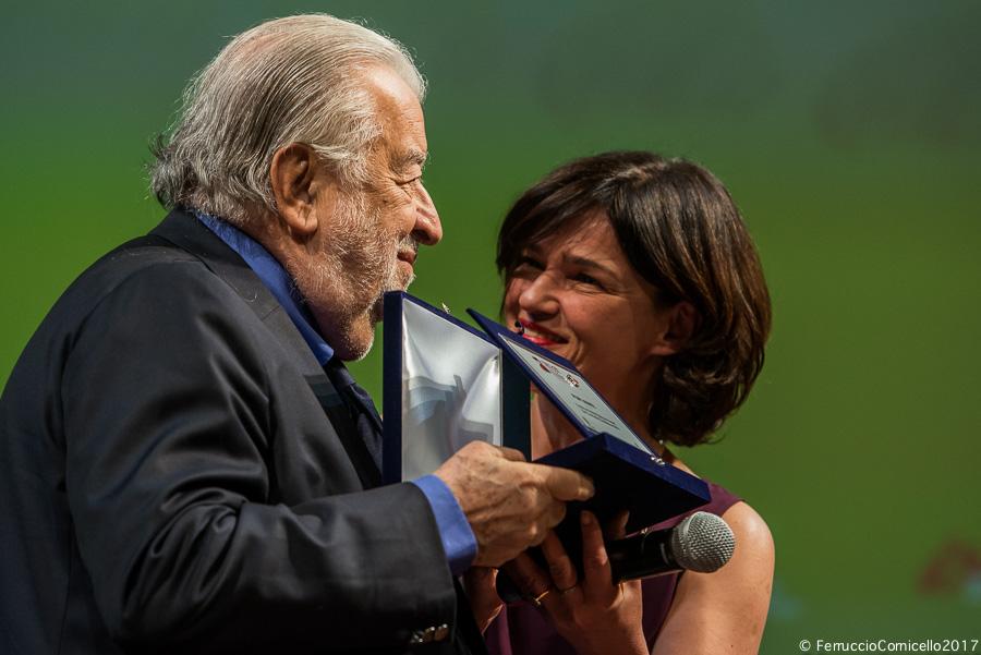 l regista Pupi Avati riceve dall'attrice e regista Chiara Caselli il Federico Fellini Platinum Award for Cinematic Excellence – Ph. © Ferruccio Cornicello | Photo gallery a fondo pagina