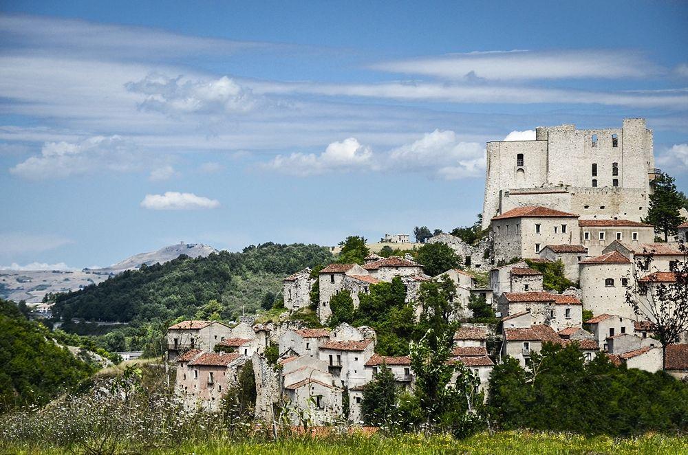 Veduta panoramica di Brienza (Potenza). In alto a destra il Castello Caracciolo, XIV-XV sec. - Ph. Ciro Tepedino |ccby-sa4.0