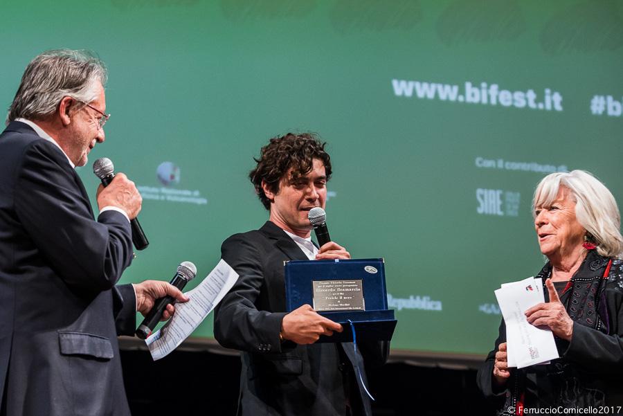 Riccardo Scamarcio riceve il Premio Gassman come miglior attore protagonista dell'anno. A sin. il direttore del Festival Felice Laudadio, a dx. la presidente Margarethe von Trotta - Ph. © Ferruccio Cornicello