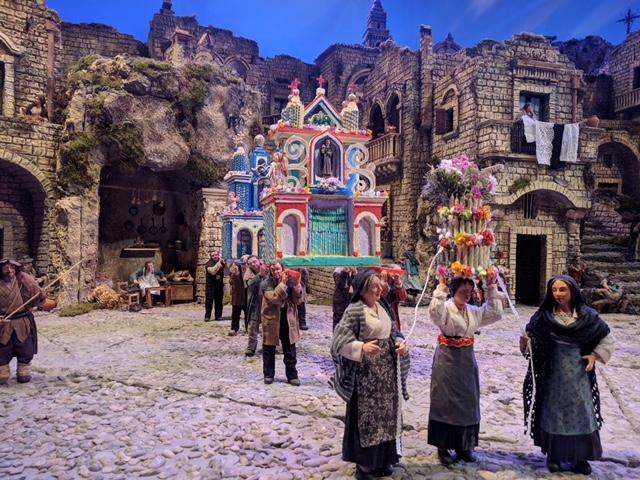 Processione con i Cinti, architetture di ceri portate a spalla o in testa dai fedeli
