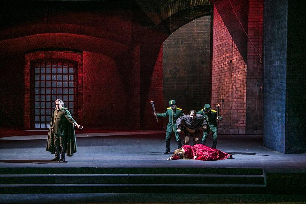 Una delle scene finali de Il trovatore di Giuseppe Verdi, Teatro Petruzzelli, Bari  - Ph. Immagina