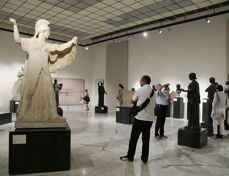 Visitatori nel Museo Archeologico Nazionale di Napoli