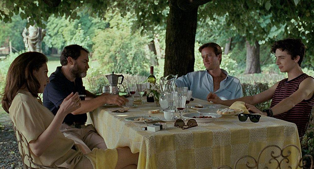 Da sin. Amira Casar, Michael Stuhlbarg, Armie Hammer e Timothée Chalamet in una scena di Call me by Your Name - Ph. Sony Pictures Classics