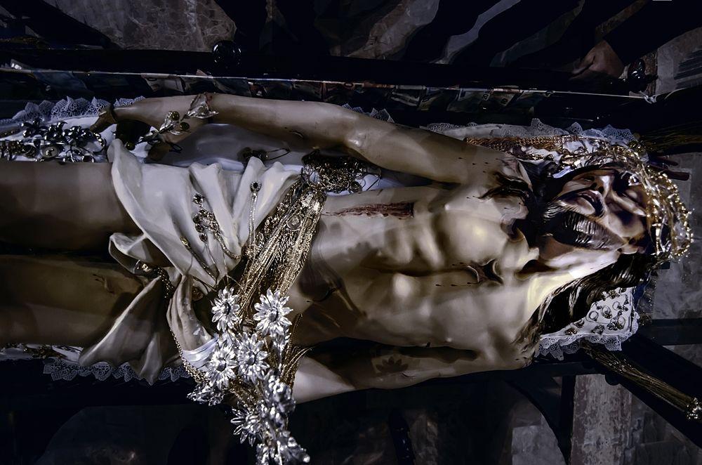 Il Cristo morto della Chiesa di S. Domenica dopo la vestizione con gli ori devozionali - Ph. © Francesco La Centra