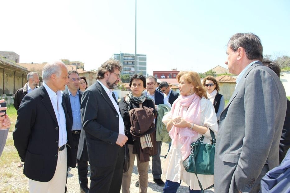 Francesco Lotoro (secondo da sx) e Noemi Disegni (prima da dx), con il sindaco Cascella (a dx) e gli altri ospiti in visita nell'area dell'ex Distilleria di Barletta - © Fondazione ILMC Ph. Luciana Doronzo