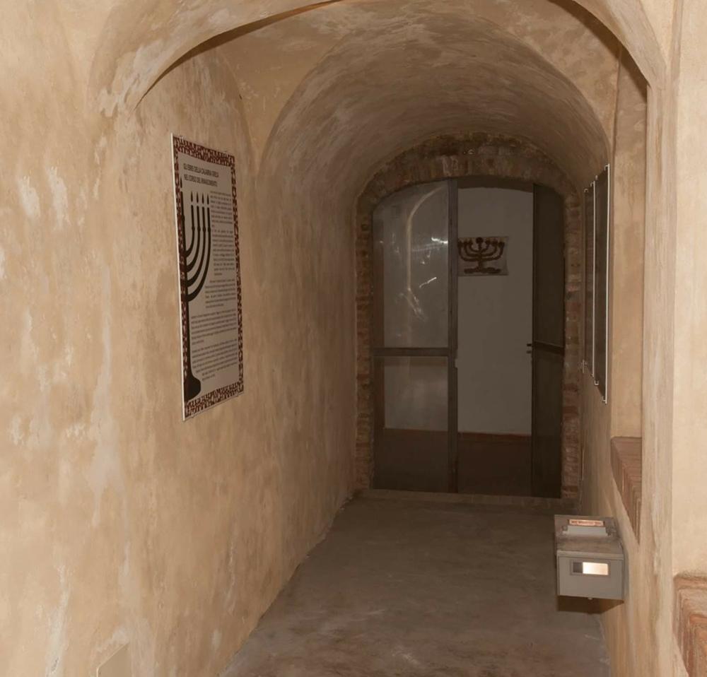 Ingresso a uno degli edifici dell'antica Giudecca di Bova (Reggio Calabria)