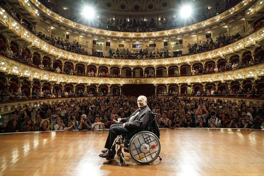 Il regista Bernardo Bertolucci sul palco del Teatro Petruzzelli - Ph. © Daniele Notaristefano | Bif&st