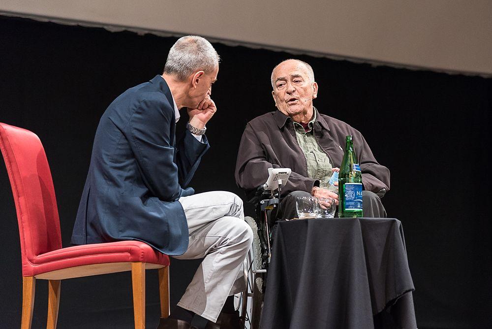 Bernardo Bertolucci (a destra) durante la masterclass al Teatro Petruzzelli, Bari International Film Festival (Bif&st) - Ph. © Tiziana Rizzi