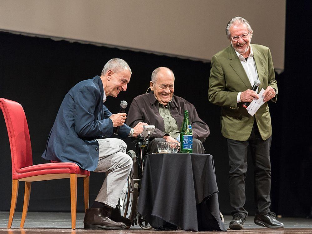 Il regista Bernardo Bertolucci fra il giornalista David Grieco (a sin.) e il direttore artistico del Bif&st Felice Laudadio - Ph. © Tiziana Rizzi