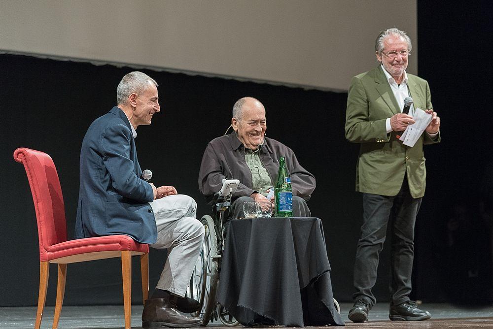 Il direttore artistico del Bif&st Felice Laudadio si accinge a leggere la motivazione del Fellini Platinum Award conferito a Bertolucci - Ph. © Tiziana Rizz