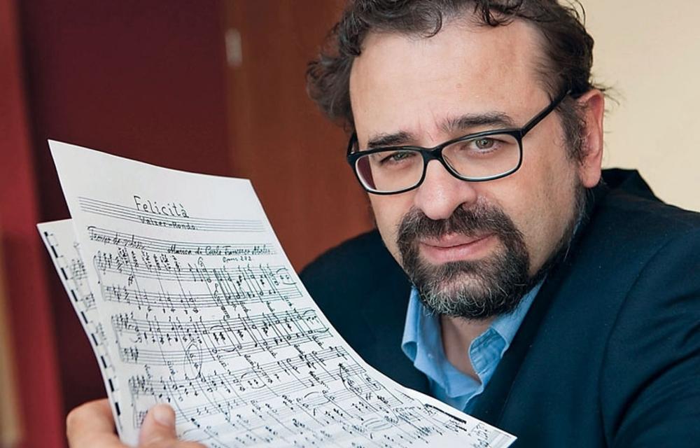 Il maestro Francesco Lotoro con uno spartito di musica concentrazionaria