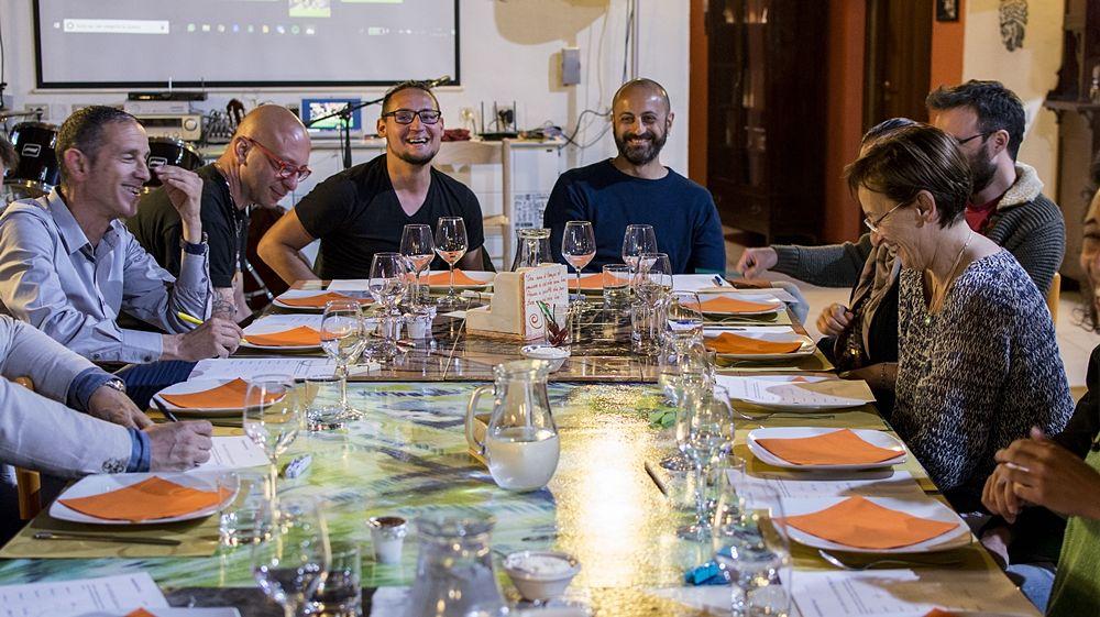 Un momento di social eating nella Home for Creativity di Montalto Uffugo (Cosenza)