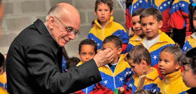 José Antonio Abreu con i bambini di El Sistema