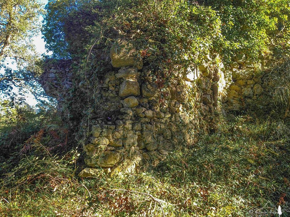 Resti delle mura di cinta di Altanum © Antonio Aricò