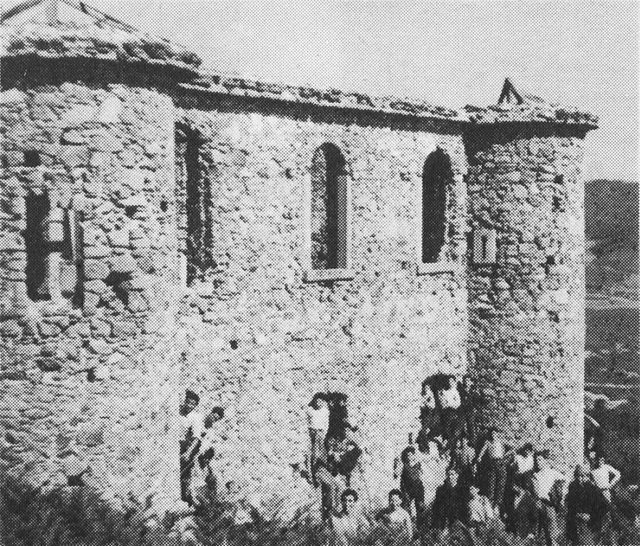 Il castello della Lacina in un'immagine degli anni '50, prima che finisse preda di una vera e propria spoliazione