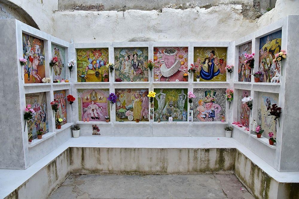 I provocatori ''loculi'' della mostra Cenere dell'artista palermitano Momò Calascibetta, Farm Cultural Park, Favara (Agrigento)