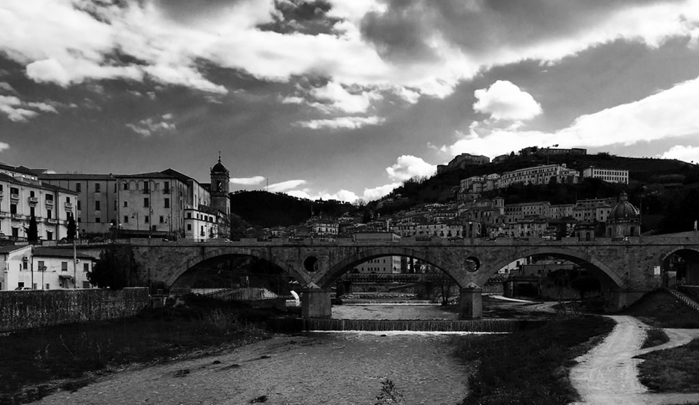 Veduta di Cosenza con il ponte sul Busento - Ph.  Mauro Cacciola | ccby2.0