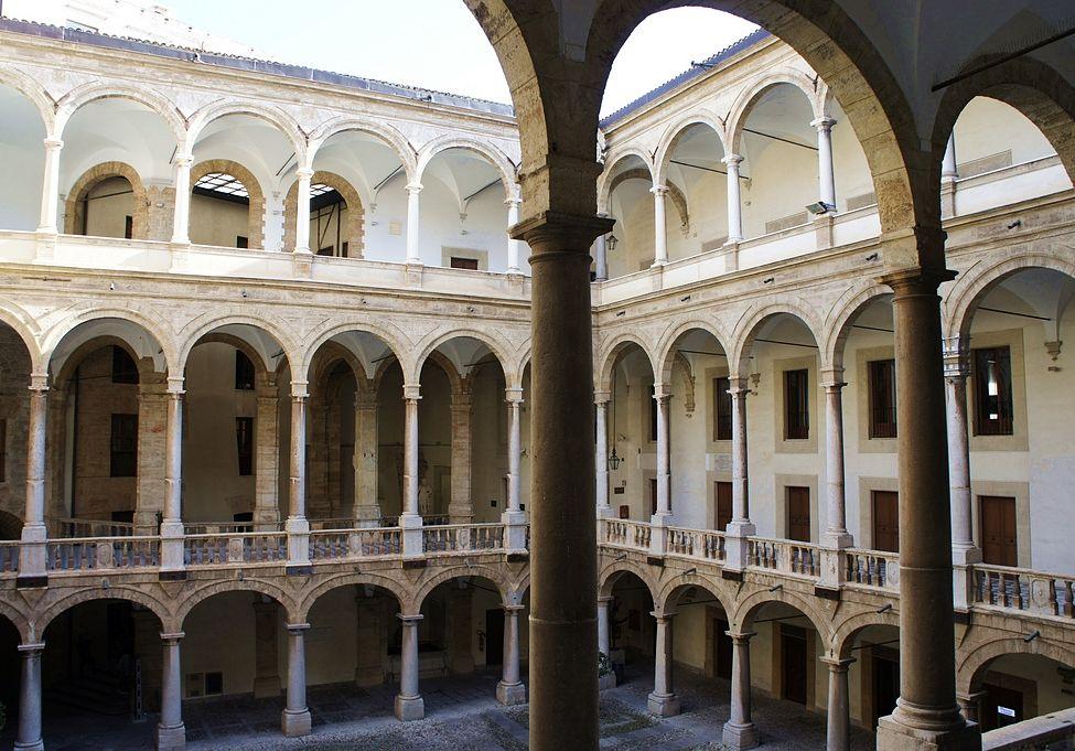 Scorcio di una corte interna del Palazzo dei Normanni, Palermo - Image source   ccby-sa2.0