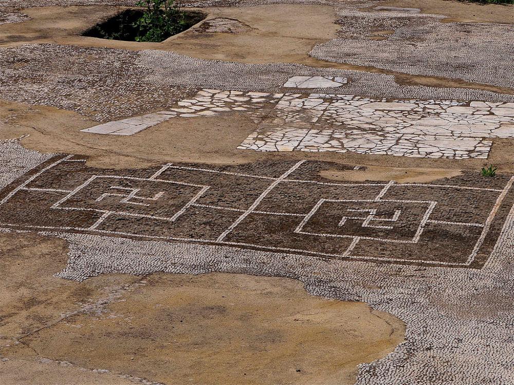 Mosaici con svastiche, simboli solari – Ph. © Stefano Contin