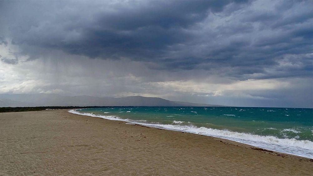 Il mare di Sibari durante un acquazzone – Ph. © Stefano Contin