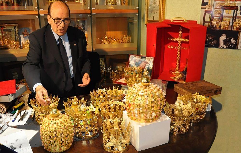 L'orafo calabrese Giuseppe Spadafora fra i preziosi ori della sua collezione