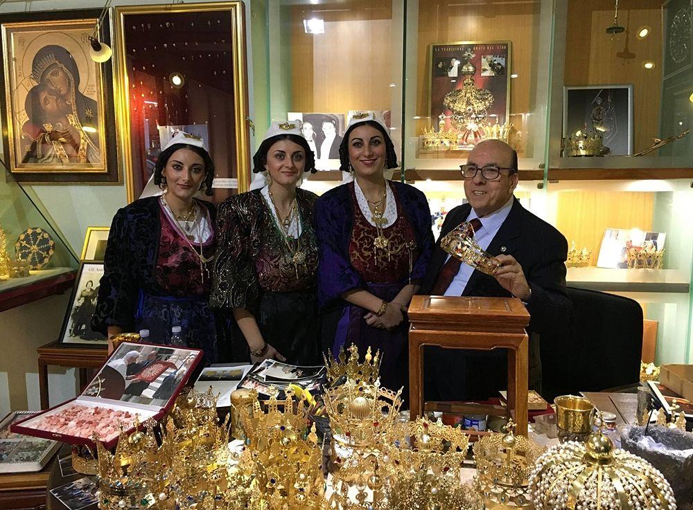 L'orafo calabrese Giovanni Battista Spadafora con alcune indossatrici in antico costume popolare.