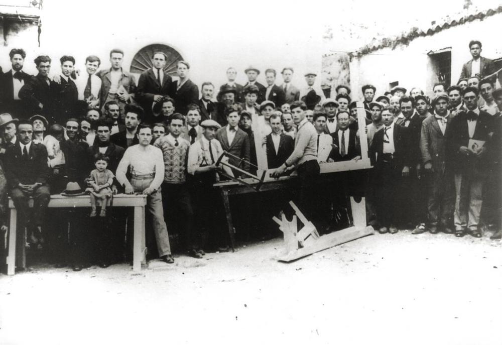 Un gruppo di confinati alle Isole Tremiti (Foggia) in un'immagine degli anni '30