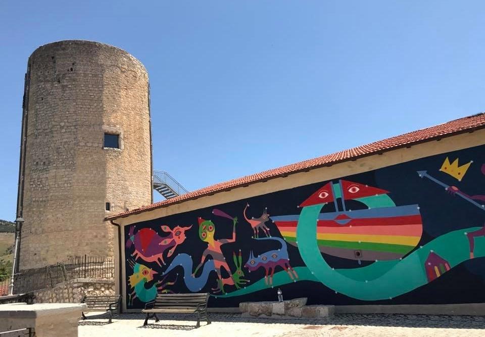 Murale dell'artista Gio Pistone nei pressi della Torre medievale, Aielli (AQ)