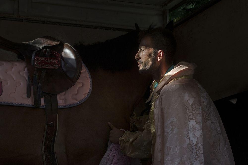 Un momento di raccoglimento fra il cavaliere e il proprio cavallo, Palio del Principe, Bisignano (Cs) - Ph. © Francesco Cariati