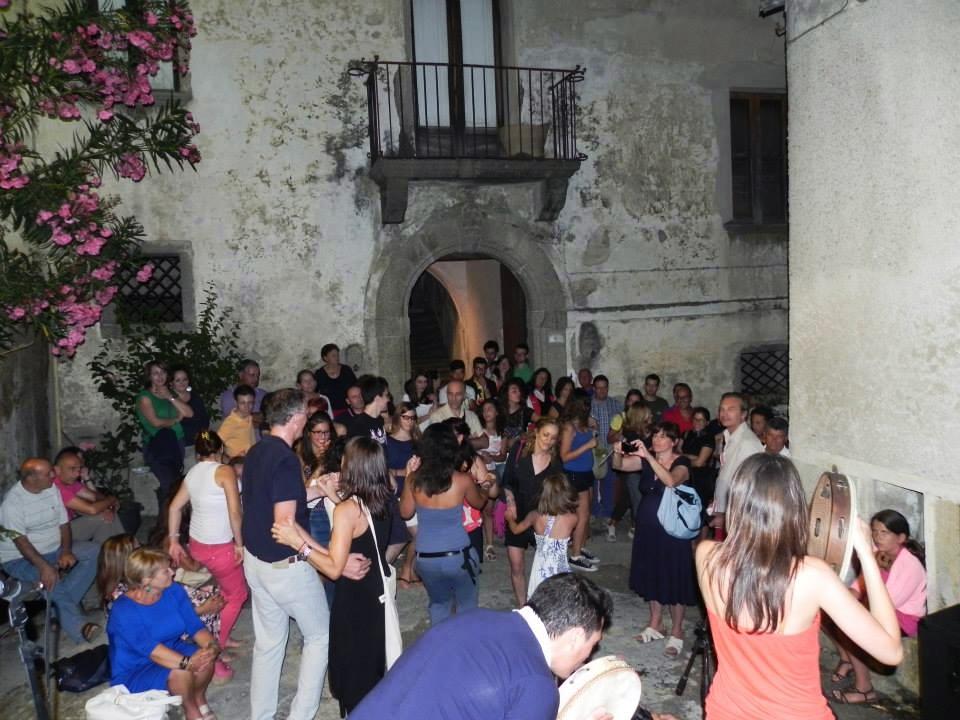 Un momento di festa collettiva in una delle edizioni di NanoGagliato - Image by NanoGagliato