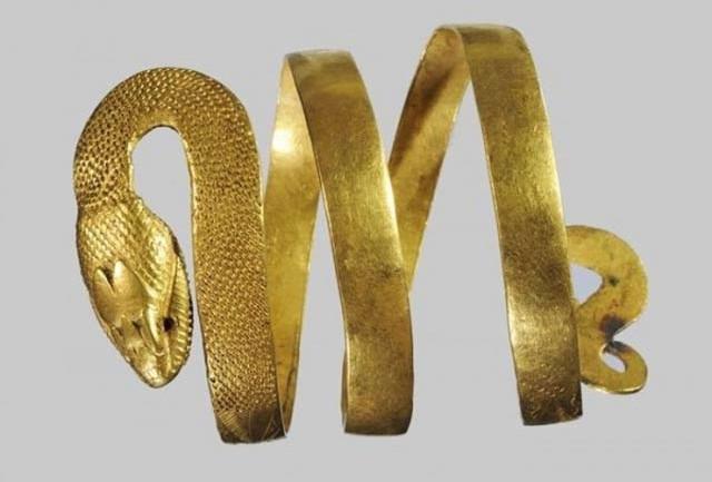 Armilla in oro dalla Casa del Fauno, I sec. d.C., Pompei | Image by SABAP Pompei